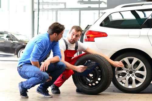 Beratungsgesprch in KFZ Werkstatt fr Reifenwechsel